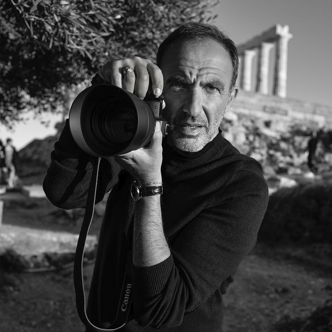 NIKOS ALIAGAS PRÉSENT AU GRAND PAVOIS LA ROCHELLE POUR PARTAGER SES SOUVENIRS, À TRAVERS SES PHOTOS INSPIRÉES PAR « LA GRÈCE ET LA MER »
